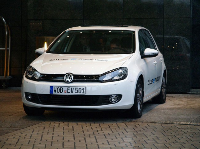 Электромобиль Volkswagen e-Golf спереди
