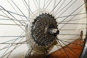 Задняя веловтулка удерживает колесо